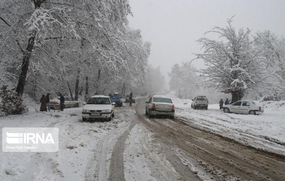 برف و کولاک راه ارتباطی ۲۰۰ روستای مازندران را بست