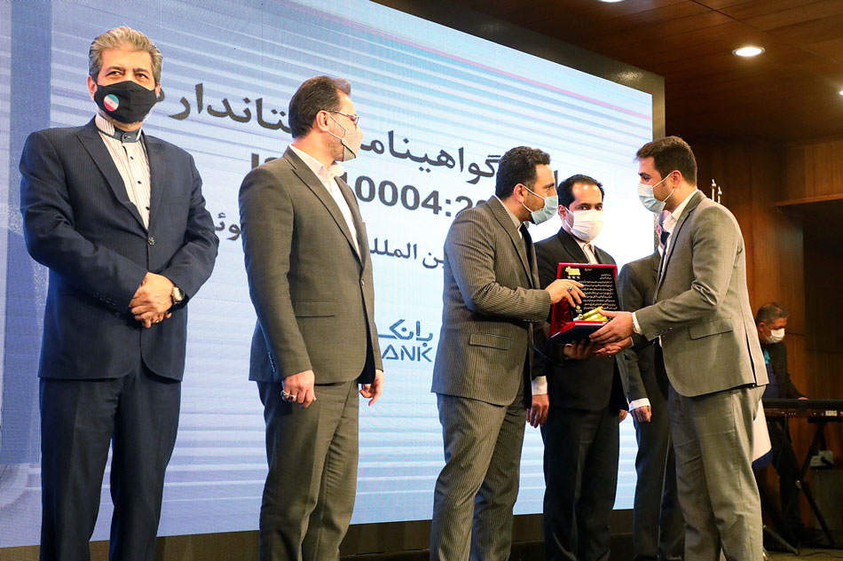 اعطای نشان ویژه جشنواره یکصد واحد مشتریمدار به بانک دی
